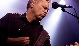 Вокалист New Order продолжит турне с переломом ноги