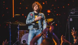 Райан Адамс сыграл в акустике песню Foo Fighters «Times Like These»