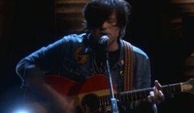 Райан Адамс исполнил песню Shine Through The Dark на шоу Conan