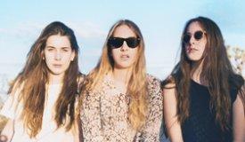 Девчонки из Haim выпустили новую песню The Wire