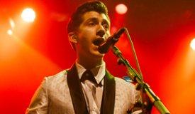 Вокалист Arctic Monkeys не пускает свою маму на фестивали