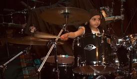 5-ти летняя девочка вмочила на барабанах песню System Of A Down
