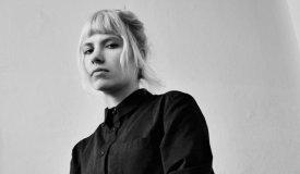 Катя Шилоносова поет в электричках в клипе NV