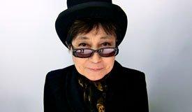 В честь 75и летия Джона Леннона Йоко Оно создала огромный «пацифик» из людей