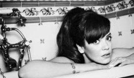 Лили Аллен включила лучшие моменты с фестиваля Гластонбери в свой клип